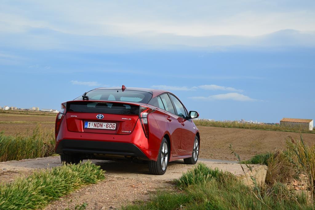 Toyota Prius von hinten rot