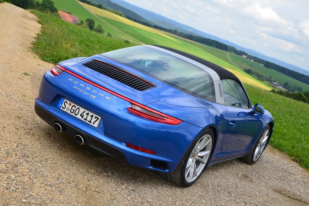 Porsche 911 Targa 4S saphirblaumetallic von hinten