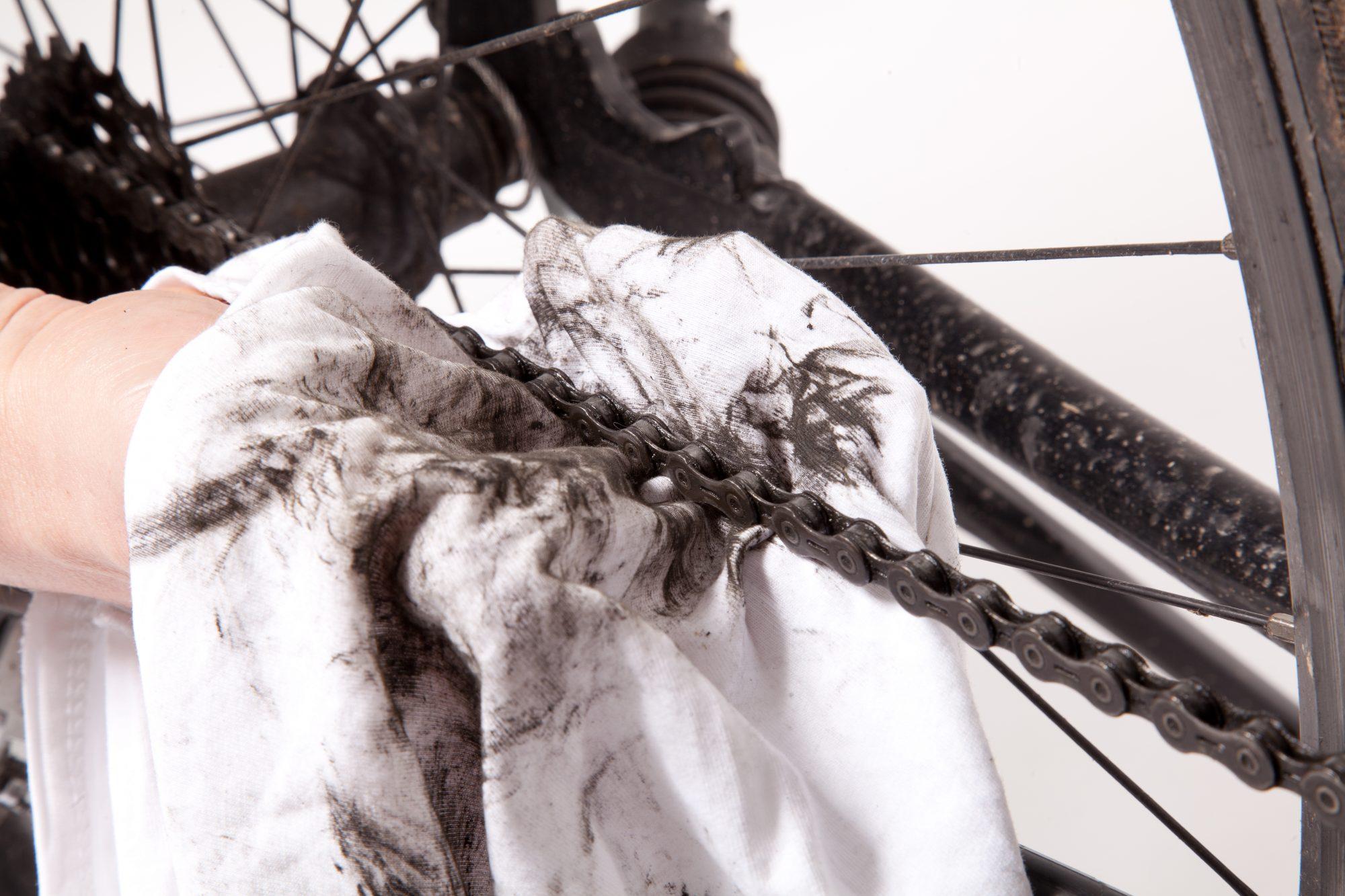 Die Kette des Fahrrads gründlich reinigen und nachfetten. Foto: ADFC