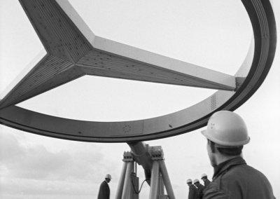 1965 wird ein zehn Meter hoher, drehbarer Mercedes-Stern auf dem Dach des Europa-Centers am Kurfürstendamm in Berlin installiert