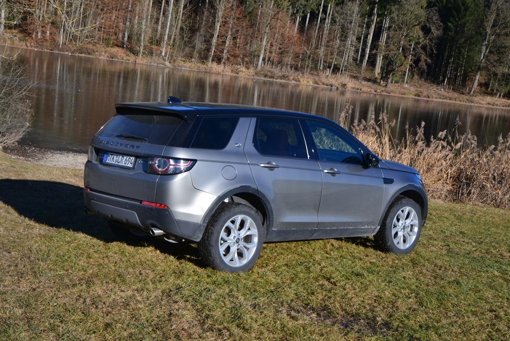 Land Rover Discovery Sport von hinten am See