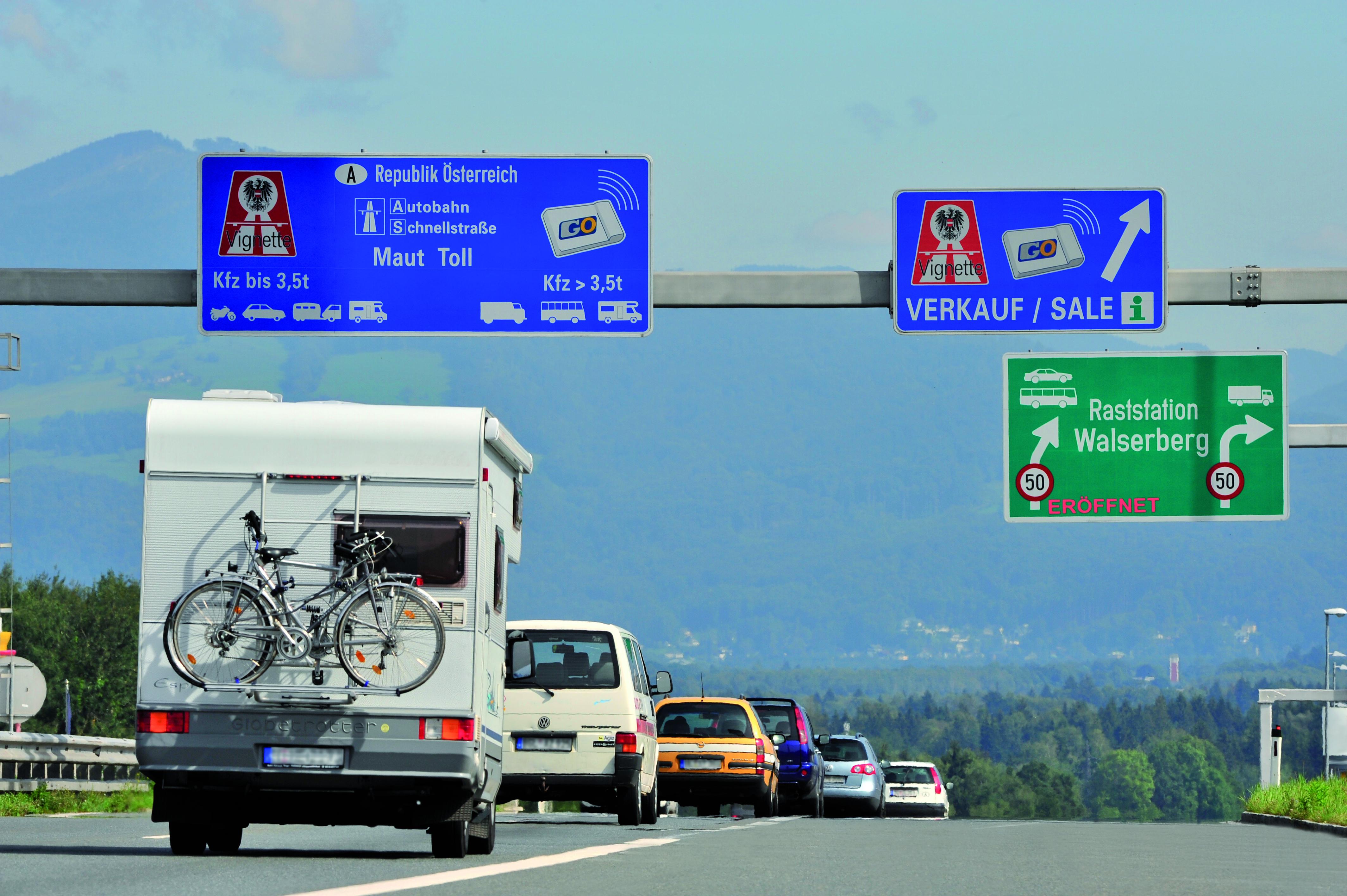 Spätestens an der Grenze heißt es: Vignette kaufen, und wenn das Wohnmobil mehr als 3,5 Tonnen wiegt, muss eine Go-Box an Bord, die genau die gefahrene Strecke erfasst. Fotos: ASFINAG