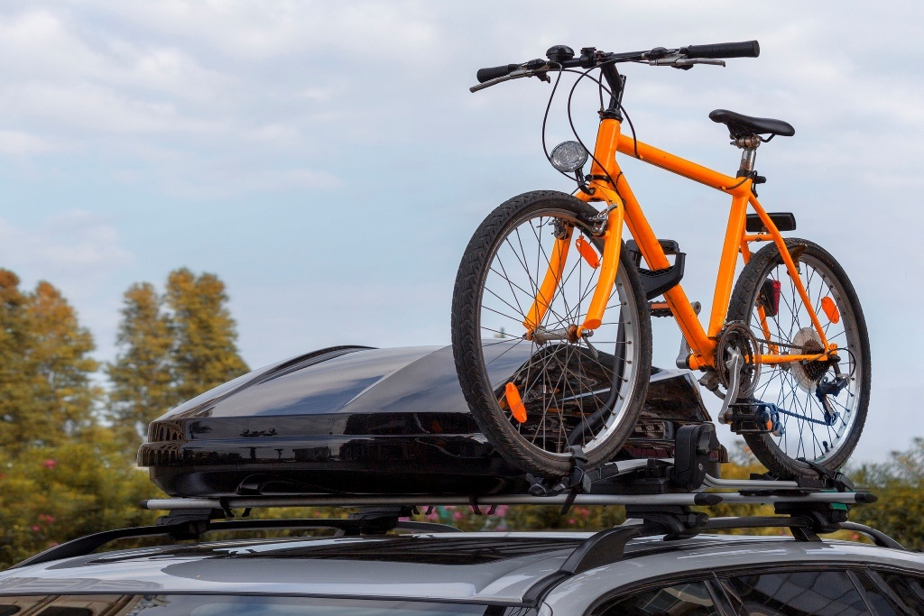 Fahrrad auf Dach mit Box