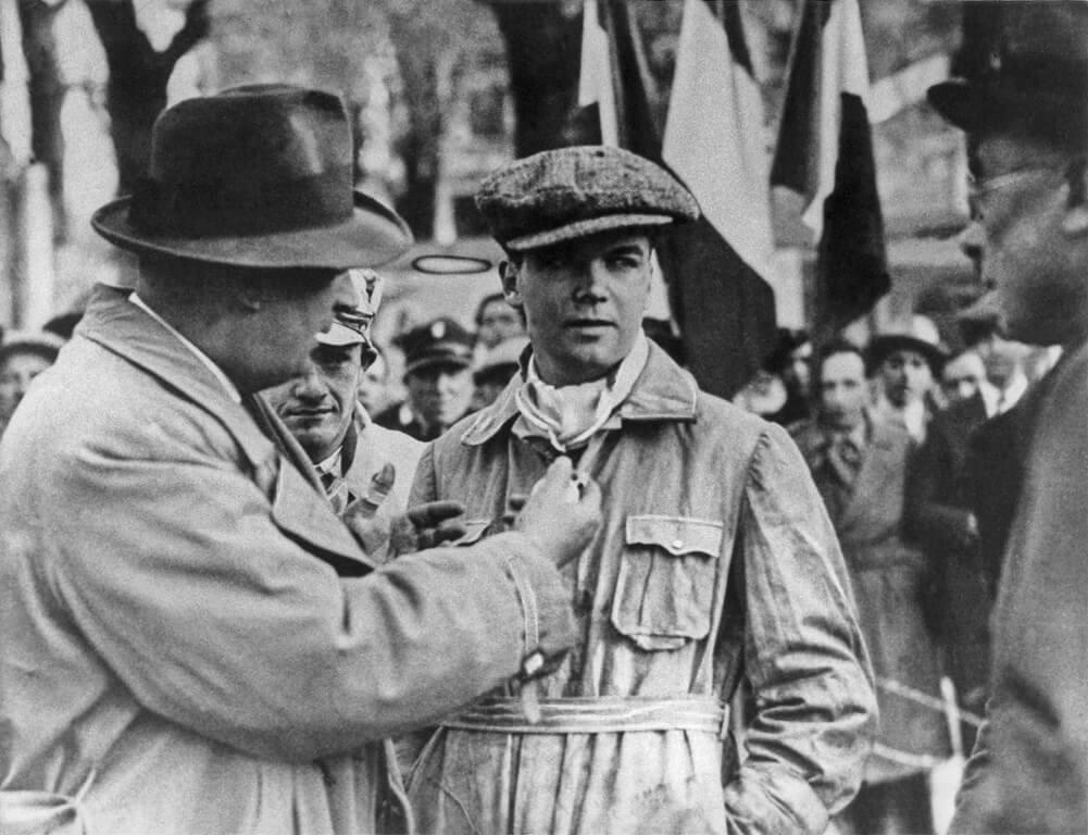 Rennleiter Alfred Neubauer und der Sieger Rudolf Caracciola mit Beifahrer Wilhelm Sebastian (in der Mitte)
