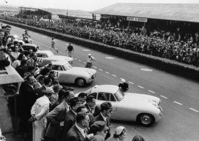 24-Stunden-Rennen von Le Mans, 13.14. Juni 1952. Kurz nach dem Startzeichen laufen die Fahrer von ihren markierten Plätzen zu ihren Wagen