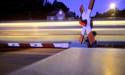 Rotes Blinklicht und geöffnete Bahnschranken: Autofahrer müssen warten
