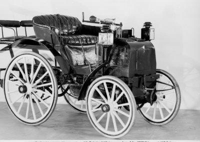 Bei der Zuverlässigkeitsfahrt von Paris nach Rouen am 22. Juli 1894 bewähren sich die Fahrzeuge von Panhard & Levassor mit dem von Daimler konstruierten Zweizylinder-V-Motor