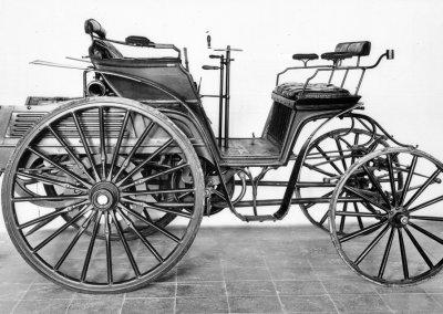 Benz Vis-à-Vis, Produktionszeit 1893 bis 1899. Mit der Konstruktion einer funktionstüchtigen Achsschenkellenkung ist für Benz ab 1893 der Weg frei zu vierrädrigen Fahrzeugen. Die ersten Fahrzeuge mit der neuen Lenkung sind die Modelle Victoria und Vis-à-Vis.