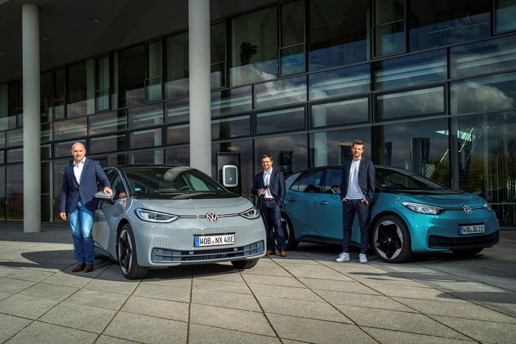 Thomas Ulbrich, Peter Diekmann und Martin Roemheld mit VW ID. 3
