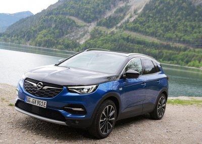 Opel Grandland X Hybrid4 links seitlich