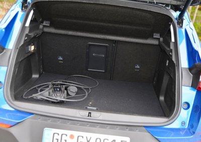 Opel Grandland X Hybrid4 Kofferraum offen mit Ladekabel