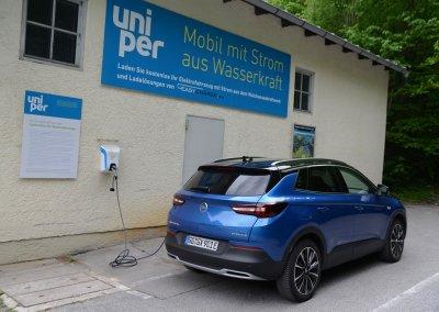 Opel Grandland X Hybrid4 an der Ladestation uniper Walchensee-Kraftwerk