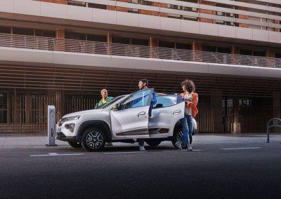 Dacia Spring Electric mit Menschen