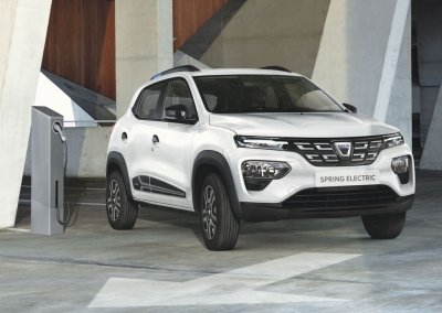 Dacia Spring Electric weiß beim Laden