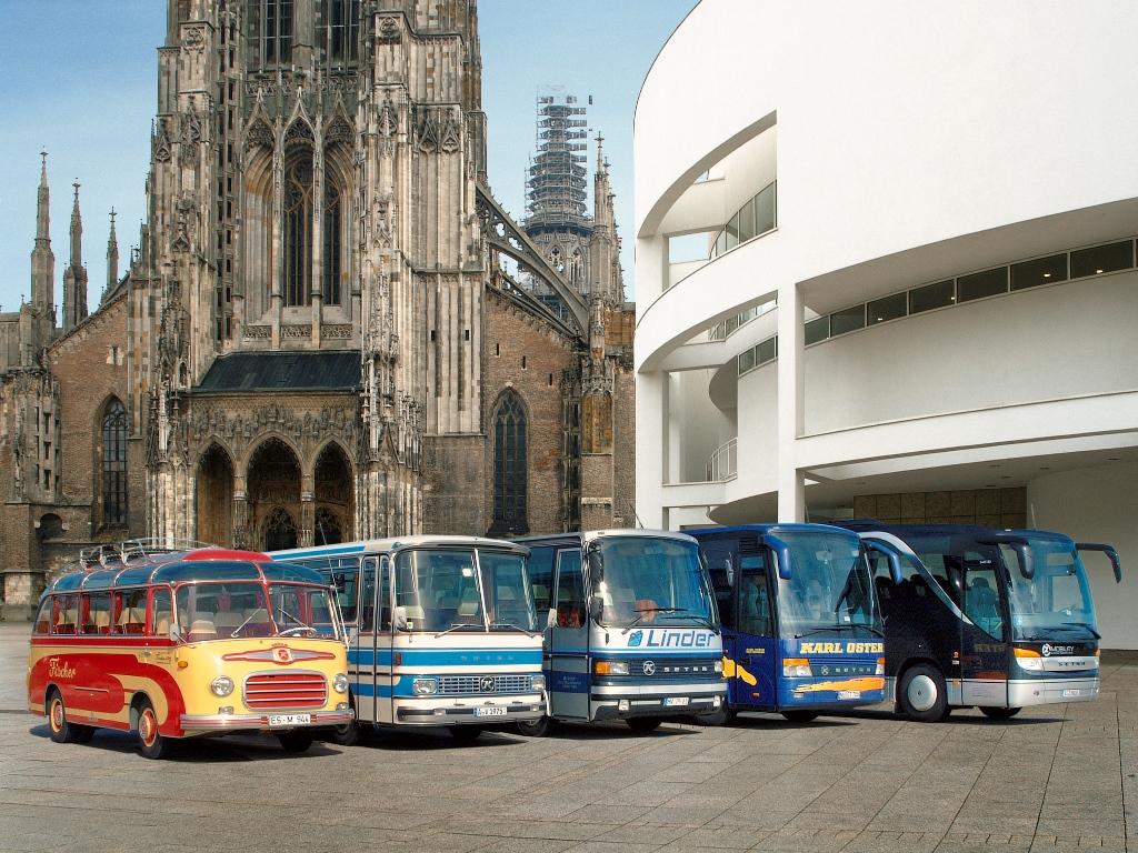 Die fünf Generationen der Setra Kompaktbusse (v.l.) der heute 50 Jahre alte Urahn aller Kompaktbusse, der Setra S 6, ein S 80 (Baureihe 100), der S 208 aus der Baureihe 200, der erste Kompaktbus in Hochdecker