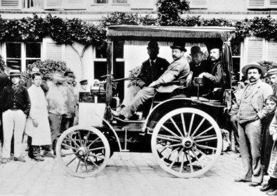 Ein Automobil von Panhard & Levassor mit Daimler-Motor auf der ersten Automobilwettfahrt zwischen Paris und Rouen am 22. Juli 1894.
