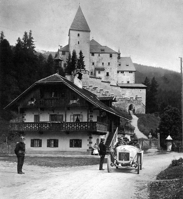 rste Auflage der Österreichischen Alpenfahrt (26. bis 29. Juni 1910) Graf Alexander Kolowrat-Krakowsky, Otto Hieronimus und Graf Paul Drašković konnten für Laurin & Klement den begehrten Teampreis gewinnen.