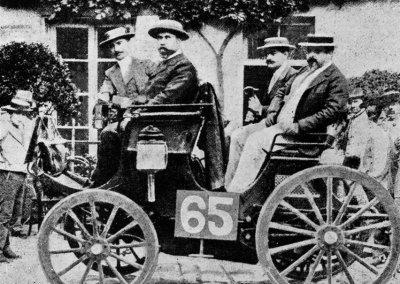 Erste Automobilwettfahrt von Paris nach Rouen, 22. Juli 1894. Der Peugeot von Albert Lemaître (Startnummer 65), auf dem linken Rücksitz Adolphe Clément