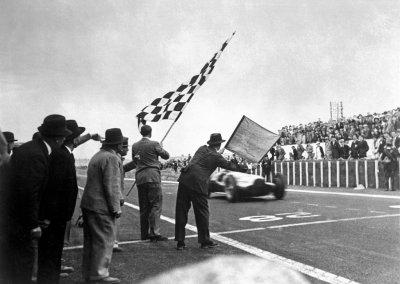 Großer Preis von Frankreich, 3. Juli 1938. Dreifach-Sieg für die Mercedes-Benz 3-Liter-Rennwagen W 154. Manfred von Brauchitsch geht als erster durchs Ziel, gefolgt von Rudolf Caracciola