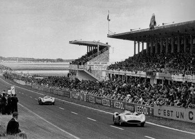 Großer Preis von Frankreich in Reims, 4. Juli 1954. Doppelsieg in Reihenfolge: Juan Manuel Fangio (Startnummer 18) und Karl Kling (Startnummer 20), beide auf Mercedes-Benz Formel-1-Rennwagen W 196 R mit Stromlinienkarosserie.