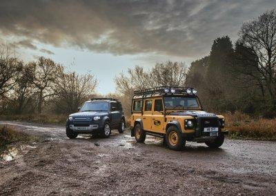 Land Rover Defender Works V8 Trophy vor einem neuen Defender