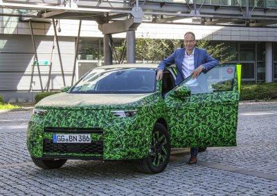 CEO Michael Lohscheller zeigt den neuen Opel Mokka