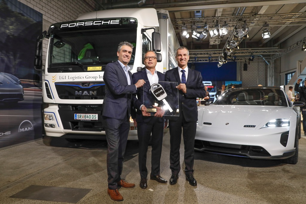 Albrecht Reimold, Vorstand Produktion und Logistik bei Porsche, Eckhard Busch, Geschäftsführer Operations LGI und Dr. Manuel Marx, MAN Senior Vice President Engineering Vehicle mit MAN eTGM und Porsche Mission E Cross Turismo
