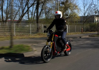 Andreas Riedel auf dem E-Motorrad eROCKIT
