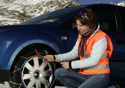 Fahren im Schnee: Im Notfall hilft die frühzeitige Montage der Schneeketten auf glatter Straße weiter